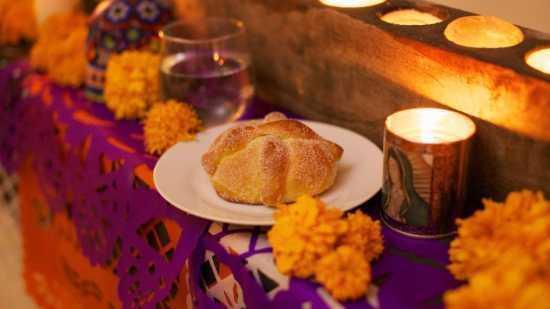 pan de muerto ofrenda altar
