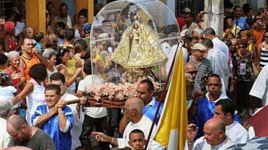procesión de la virgen caridad del cobre en Cuba